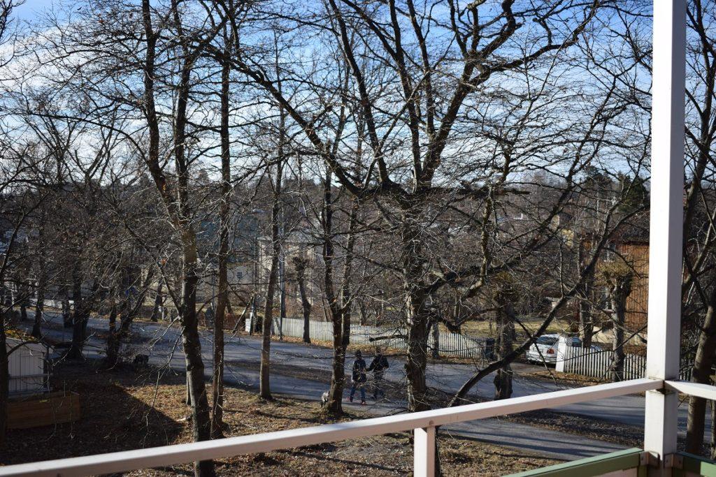 Utsikt från balkong med träd utan löv